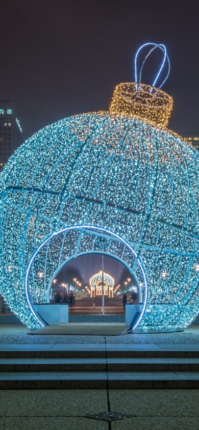 Huge Christmas ball iphone xr 828x1792